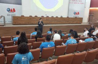 OAB Minas recebe jovens aprendizes